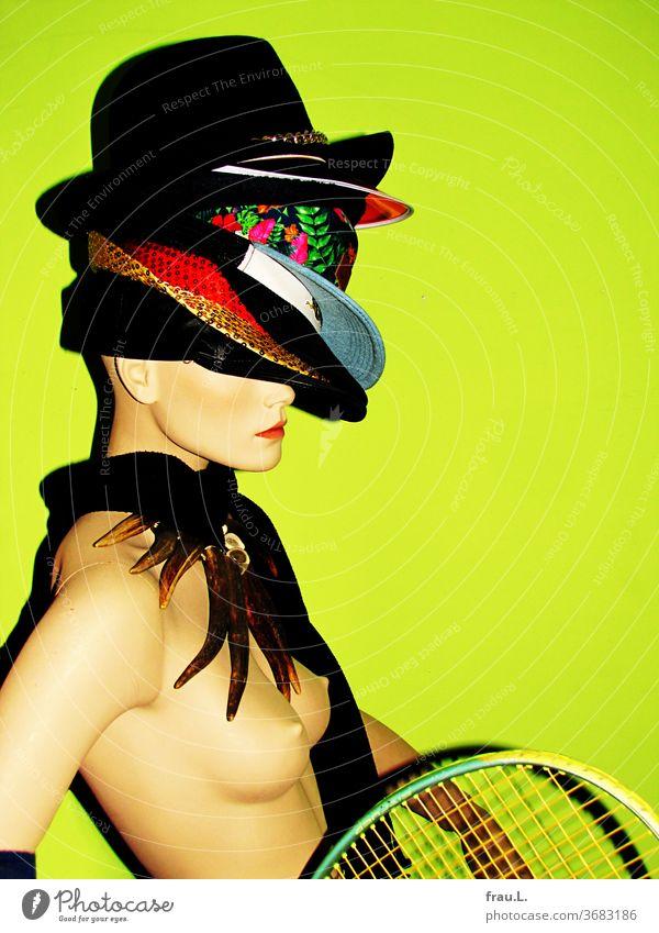 Die Schaufensterpuppe ist nicht nur wohlbehütet, schön und schlank, nein, sie ist außerdem auch noch sportlich. Mütze Hut Schmuck Mode feminin Puppe Brust