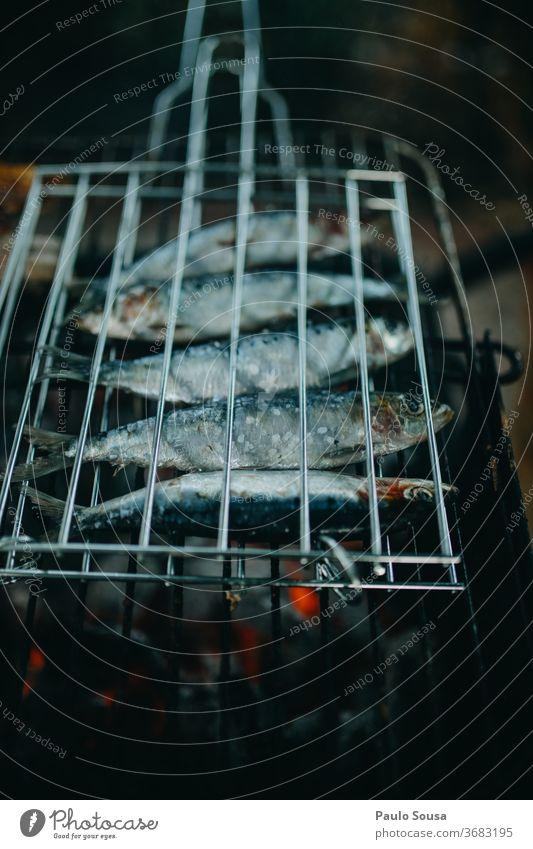 Sardinen grillen Fisch Grillrost gegrillt Grillen Stacheldraht Barbecue Lissabon Außenaufnahme Grillsaison lecker heiß Tag Lebensmittel Sommer Farbfoto