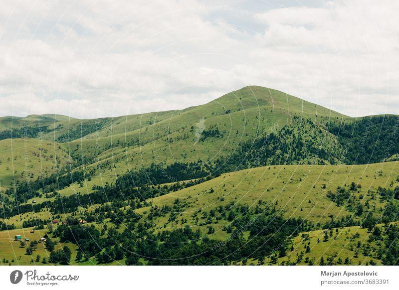 Blick auf eine wunderschöne Bergkette im Sommer Hintergrund Cloud Wolken Land Landschaft Tag Ökologie Umwelt Europa Laubwerk Wald Gras grün Grün wandern Hügel