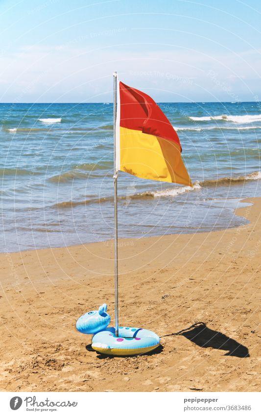 Flagge am Strand mit Schwimmring Meer Sand Wasser Wellen Sonne Himmel Küste Sommer Ferien & Urlaub & Reisen blau Tourismus Sommerurlaub Schönes Wetter