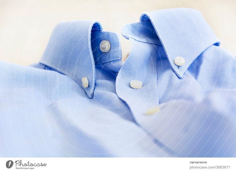 Ein hellblaues Hemd mit geknöpftem Kragen. Schaltfläche Baumwolle Kleid Mode hell-blau Mann Bekleidung Kleidung Business Textil Sauberkeit Nahaufnahme niemand