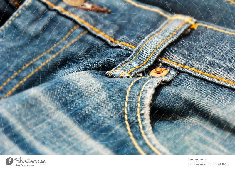 Nahaufnahme der Kupferniete auf der Tasche einer Jeanshose Niete Jeansstoff kupfer Leinwand Gewebe Textur blau Mode Bekleidung Kleidung Design Muster Material