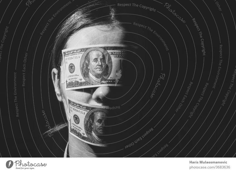 Frau mit Dollarscheinen, die Augen und Mund bedecken, Begriff für Wirtschaft, Arbeitnehmer, Reichtum, Korruption 100 amerika Amerikaner Bank Banking Banknote
