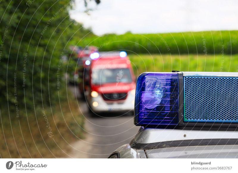 Ihr Einsatz bitte ... Feuerwehr auf dem Weg zur Einsatzstelle, die Zufahrt wird durch die Polizei abgesichert. Feuerwehr unscharf. Notfall Unfall Rettung Eile