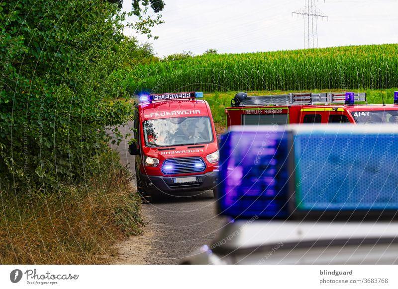Ihr Einsatz bitte ... Feuerwehr auf dem Weg zur Einsatzstelle, die Zufahrt wird durch die Polizei abgesichert. Polizei unscharf. Notfall Unfall Rettung Eile