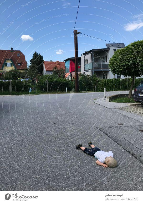 700 | Fluchtschlaf schlafen Straße Straßenverkehr Unfall Unfallgefahr Unfalltod unfallopfer Kleinkind Gefahr Müdigkeit Asphalt rumliegen gammeln faulenzen