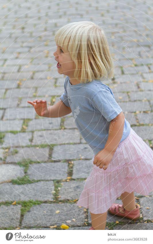 fang mich doch... Kind Kindheit Mädchen Mensch Spielen Glück Lifestyle Aktion Freude heiter Lächeln spielerisch Sommer spielend Fußgängerzone Kopfsteinpflaster
