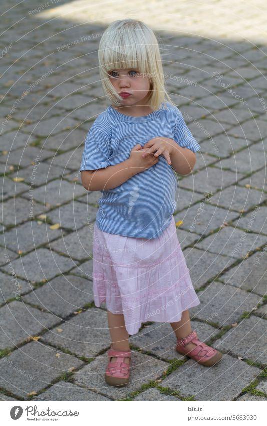 verletzungsbedingte Spielunterbrechung... Kind Mädchen Spielen Sommer klein Kleinkind Rock sommerlich Sommertag blond 1 ernst Ernsthaftigkeit schmollen