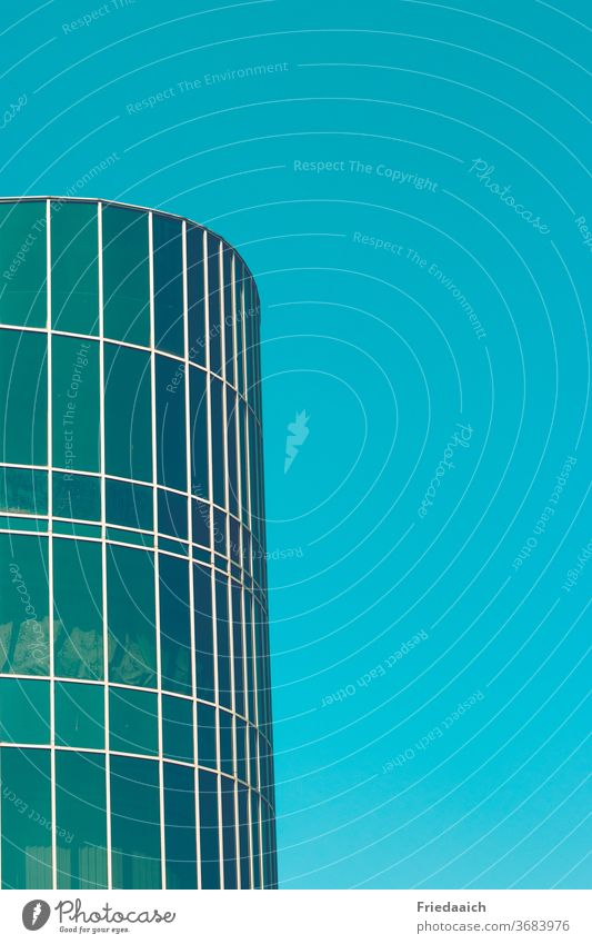 Glasrundbau und blauer Himmel Gebäude Detailaufnahme Glasfassade Architektur Fenster Spiegelung modern Hochhaus Außenaufnahme Moderne Architektur Farbfoto