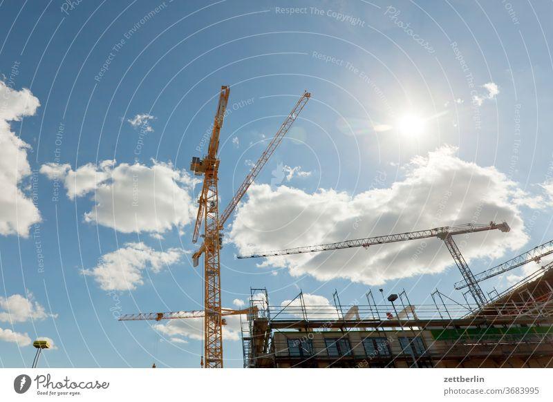 Baustelle Hochbau baugewerbe baustelle berlin drehkran himmel ingenieurbau sommer wohnungsbau wolke froschperspektive sonne hitze gerüst baugerüst