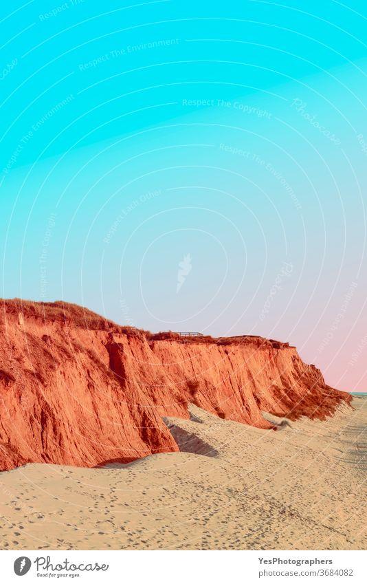 Rotes Kliff an der Küste der Insel Sylt bei Sonnenuntergang.  Leere Strandkulisse an der Nordsee Blauer Himmel Klippe Küstenlinie Dunes leer Europäer Abend