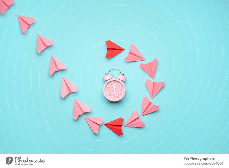 Zeitmanagementkonzept mit einer Uhr und Papierflugzeugen. Konzept Zeit fliegt, Draufsicht obere Ansicht Flugzeuge Wecker wach Klingel blau Pause Business