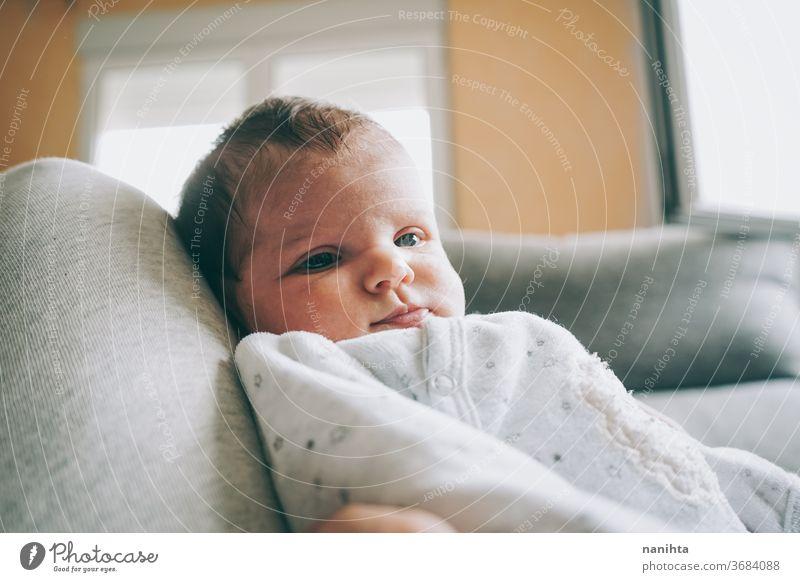 Hübsches neugeborenes Mädchen mit einem warmen Pyjama zu Hause Baby heimwärts niedlich bezaubernd lustig Junge Kind Tochter Sohn Gesicht expressiv Ausdruck