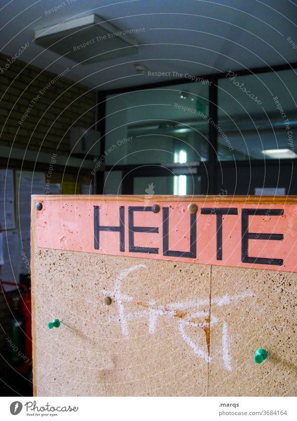 HEUTE Schule Universität Schilder & Markierungen Hinweisschild heute Pinnwand Schwarzes Brett Gang frei geschlossen geöffnet Neuigkeiten Typographie