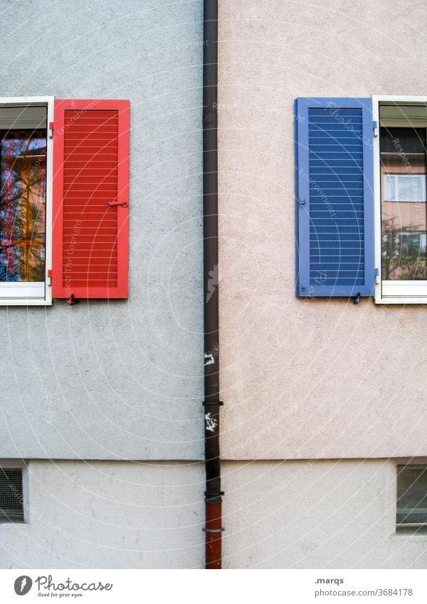 Nachbarn Fassade Fenster NAchbarschaft Fensterladen rot blau Regenrinne Gegensatz weiblich Maennlich Symmetrie
