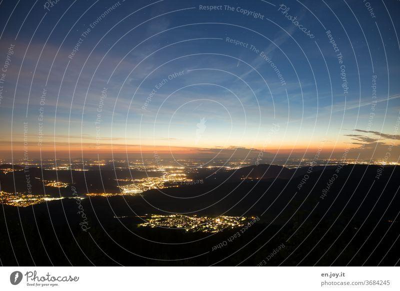 Nächticher Blick in die Rheinebebe mit dem Kometen Neowise Vogelperspektive Stadt Ferne Aussicht Sterne Sternenhimmel Horizont Nacht Abend blaue Stunde