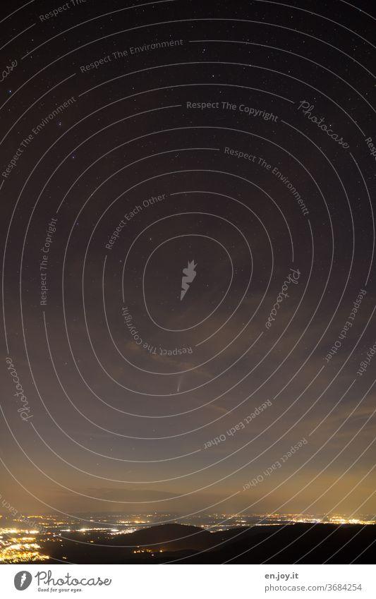 Nachthimmel mit Komet Neowise Himmel Sterne Wolken Vogelperspektive Horizont Weite Ferne Städte Beleuchtet Lichter Stadtlichter Astronomie sterne Sternenhimmel