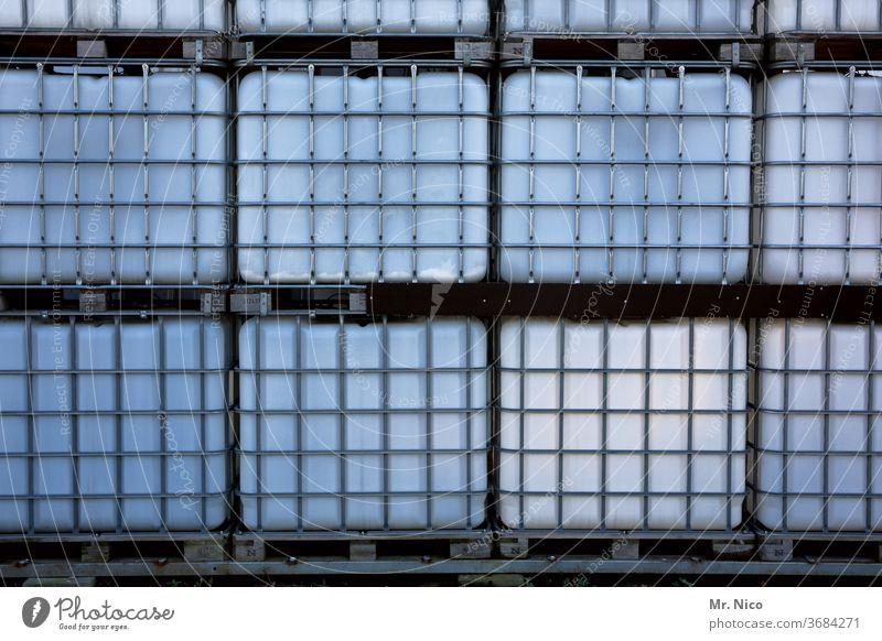 gestapelte Wassertanks Behälter u. Gefäße Tanks Paletten Stapel Stapelung Industrie Ordnung Güterverkehr & Logistik Handel Lager Lagerhalle IBC Tank Regentonne