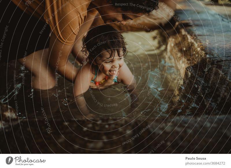 Kind im Schwimmbad mit der Mutter Kinderspiel Kindheit Kindheitserinnerung Mutterschaft Familie & Verwandtschaft Lifestyle Leben Pool Freizeit & Hobby