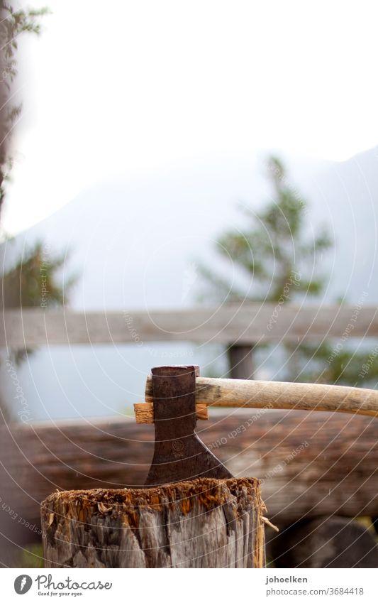 Axt im Holzblock holzblock Baumstumpf Bank Holzfäller Kaminholz spalten Regentropfen braun urig Einfachheit Holzhacken Tagwerk Feierabend
