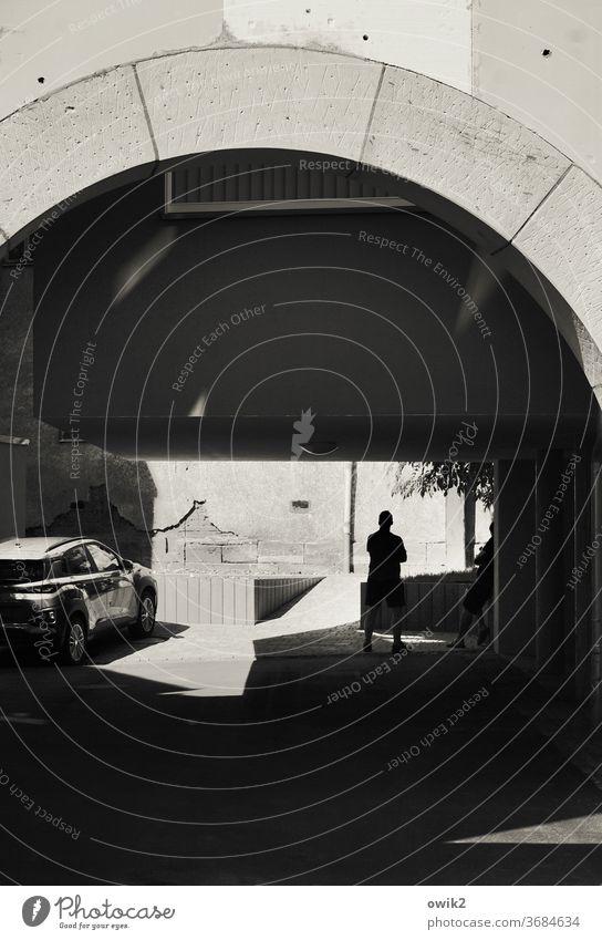 Sein neues Spielzeug Hinterhof Detailaufnahme Street Photography halbstark Schatten Silhouette Auto parken glänzend Gespräch Textfreiraum unten