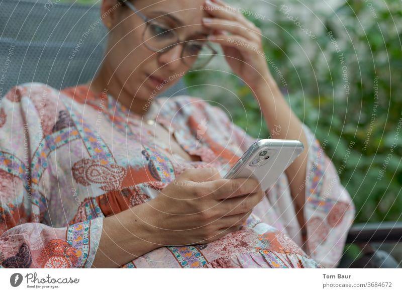 Frau schreibt Textnachricht auf Handy mobiltelefon Smartphone Hände halten Nachrichtenübermittlung Tippen Ring Telefon Technik & Technologie Mobile Lifestyle