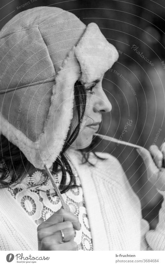 Frau mit Wintermütze, Blick nach vorne, schwarz-weiß portrait frau winter Mütze kalt Mensch Porträt Gesicht Erwachsene Außenaufnahme Kopf Zukunft Hände halten