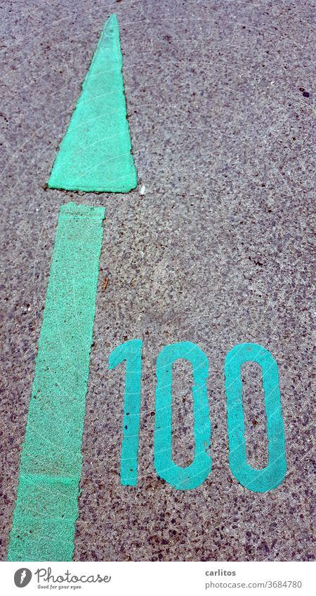 100 ( %, Jahre, Kilo, usw ) einhundert Zahl Ziffer Markierung Pfeil Richtung grün Asphalt markierung richtung orientierung wegweiser zeichen navigation