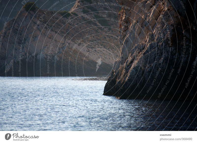 devotion to the unknown Felsen Bucht Meer Menschenleer eckig Neugier wild Vorfreude Sicherheit Schutz Einsamkeit entdecken träumen Hügel steil Felswand