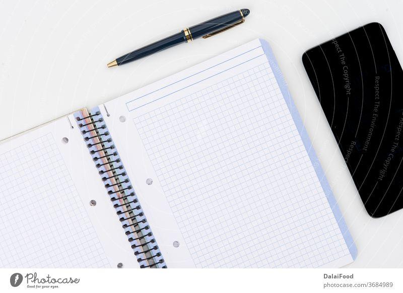 Stift, Notizblock und Mobil mit hölzernen Puzzleteilen auf weißem Hintergrund oben blanko Business Kaffee Kopie Design Schreibtisch leer Brille flach legen Memo