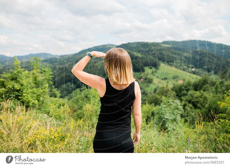 Junge Frau genießt die Aussicht auf eine schöne Bergkette Abenteuer Ausflugsziel genießen erkunden Entdecker erkundend Wald frei Freiheit Mädchen Gesundheit