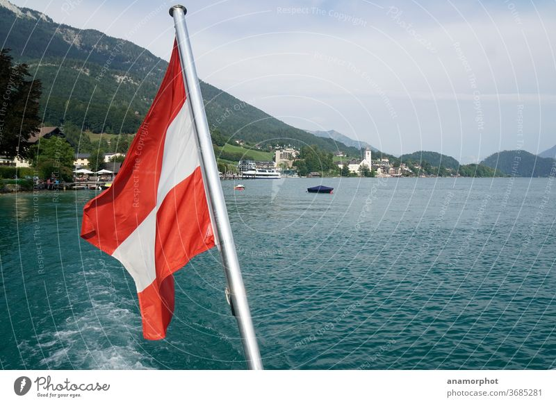 Österreichische Flagge am Boot mit Blick auf Wolfgangsee Schafberg kirche Farbfoto Außenaufnahme Berge u. Gebirge Alpen Himmel Schönes Wetter See Landschaft