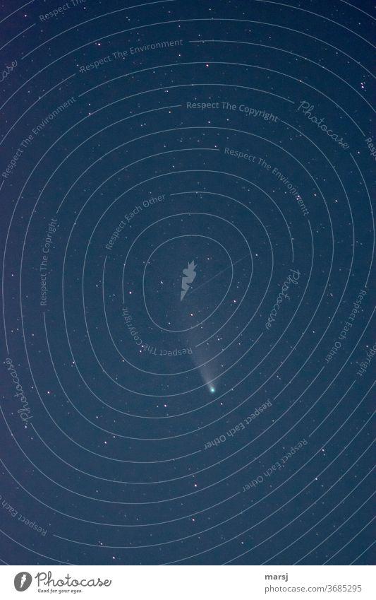 NEOWISE und Sternenhimmel mit Satellitenspur Neowise Komet Astronomie Langzeitbelichtung Weltall Nachthimmel sternenklar Himmel Galaxie Kometenschweif