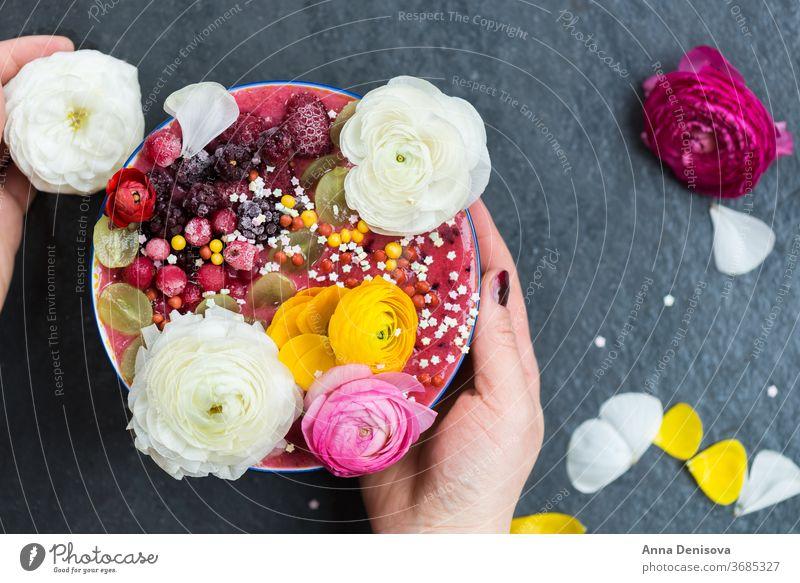 Rosa Smoothie aus Bananen und Waldbeeren in der Schale mit Ra Schalen & Schüsseln Lebensmittel Gesundheit Beeren Chia Frühstück Ranunculus Brombeeren