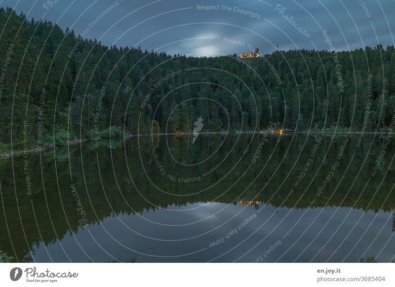 Mummelsee zur blauen Stunde See Schwarzwald blaue Stunde Abend Nacht Spiegelung Wald Hornisgrinde Berg Natur Landschaft Wolken Himmel Nachthimmel Schatten Bäume