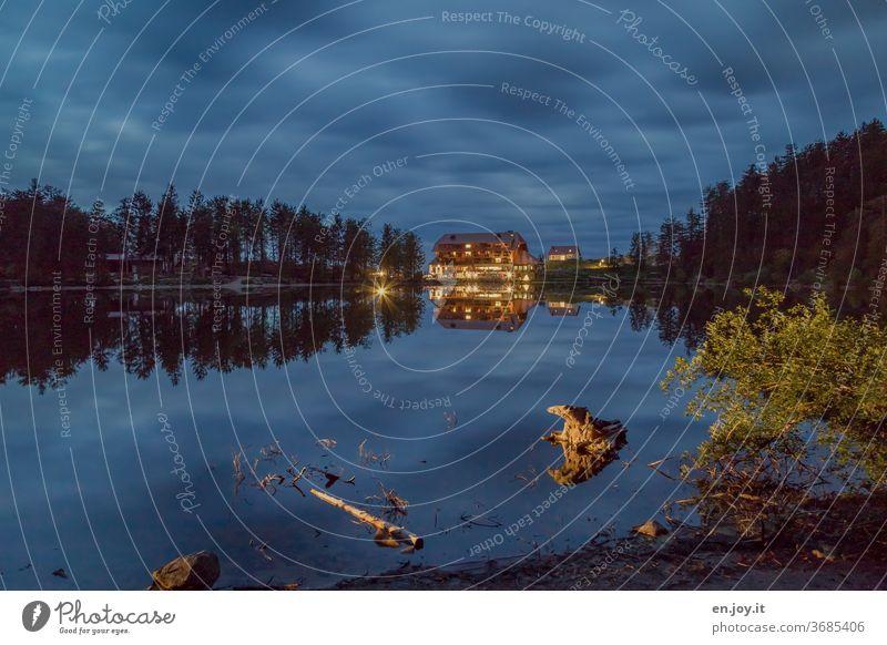 Blaue Stunde am See mit Spiegelungen Mummelsee Schwarzwald blaue Stunde Abend Nacht Licht Beleuchtung Wolken Himmel Nachthimmel Schatten Bäume Haus Dämmerung