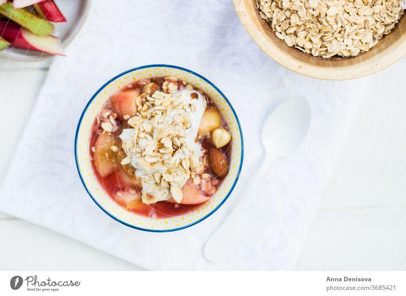 Rhabarber- und Apfelkompott mit Kokosnussjoghurt und Haferflocken bröckeln Beeren Gesundheit Snack Entzug Joghurt Frucht Kuchen Schuster Lebensmittel Erdbeeren