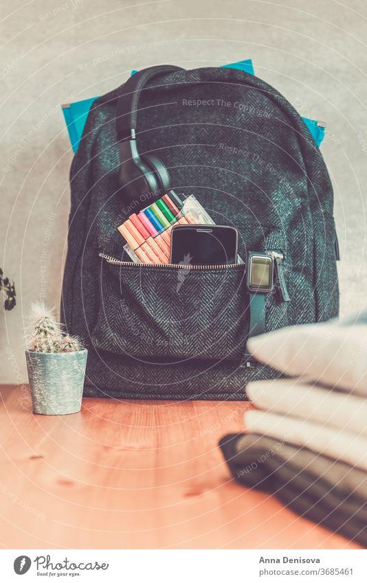 Zurück zum Schulkonzept mit Uniform und elektronischen Geräten Rucksack zurück zur Schule Konzept Schulbekleidung weißes Hemd Akademie sekundär ein Formular