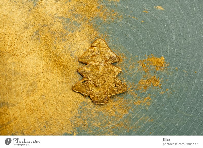 Weihnachten. Goldener Weihnachtsbaum auf goldenem und türkisem Hintergrund. Farbe festlich edel Dekoration Tannenbaum Textur