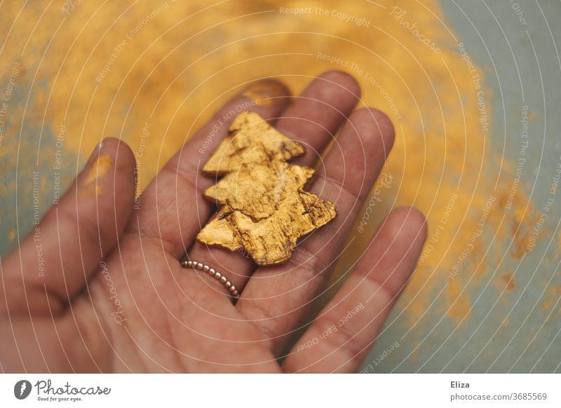 Golden angemalter Tannenbaum. Weihnachtsdekoration basteln. Weihnachten. anmalen Farbe golden Weihnachten & Advent Dekoration Weihnachtsbaum Christbaum