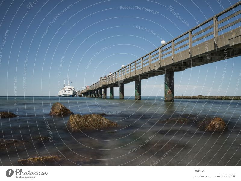Seebrücke von Kühlungsborn an der Ostsee. Hafen harbour Schiffsanlegestelle Steg Pier boote Fischer Fischerei Strand beach Küste Horizont Gezeiten Sommer coast