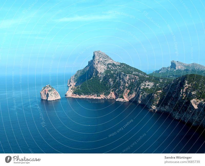 Mallorcas bergige Küste Meer Wasser Urlaub Ferien & Urlaub & Reisen blau Himmel Sommer Menschenleer Felsen Horizont Natur Landschaft Ferne Tag Außenaufnahme