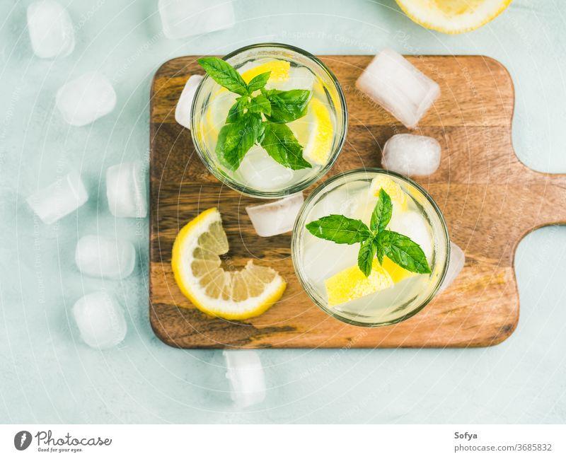 Frische Zitronenlimonade in Krug und Gläsern Sommer Limonade trinken Getränk Draufsicht Cocktail Minze Lebensmittel flache Verlegung Saft altehrwürdig Frucht