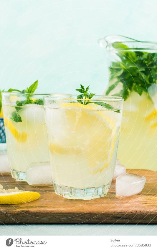 Frische Zitronenlimonade in Krug und Gläsern Sommer Limonade Italienisch Getränk Cocktail trinken süß Gesundheit Glas Frucht Blatt Frühling Saft Zitrusfrüchte