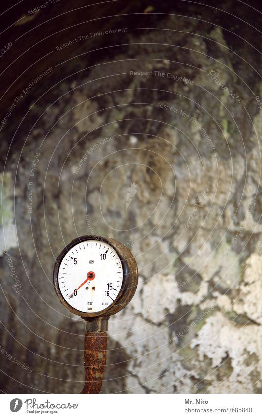 Messgerät in einer alten Fabrik Ziffern & Zahlen Wand Rost Nadel Anzeige rustikal Druck Metall Industrie Messinstrument Ventil Verfall Skala messen Messanzeige