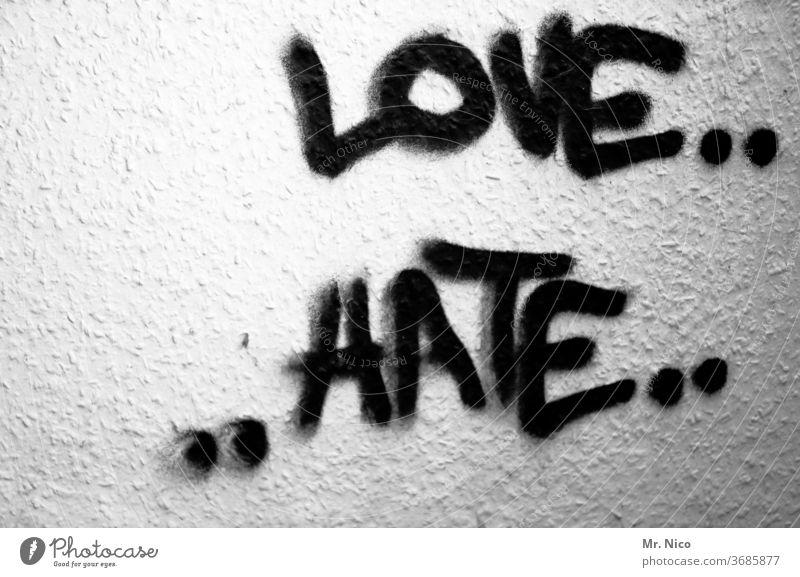 Gegensätze I Liebe und Hass Gefühle Wut Ärger Aggression Graffiti Feindseligkeit Schriftzeichen gegensätzlich Liebeskummer Frustration gereizt Verbitterung Wand
