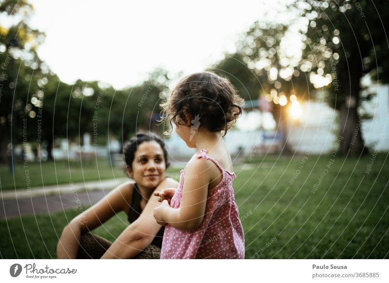 Tochter schaut zur Mutter Zusammensein Zusammengehörigkeitsgefühl Mutterschaft Mutter mit Kind Familie & Verwandtschaft Lifestyle Leben Spielplatz Park Sommer