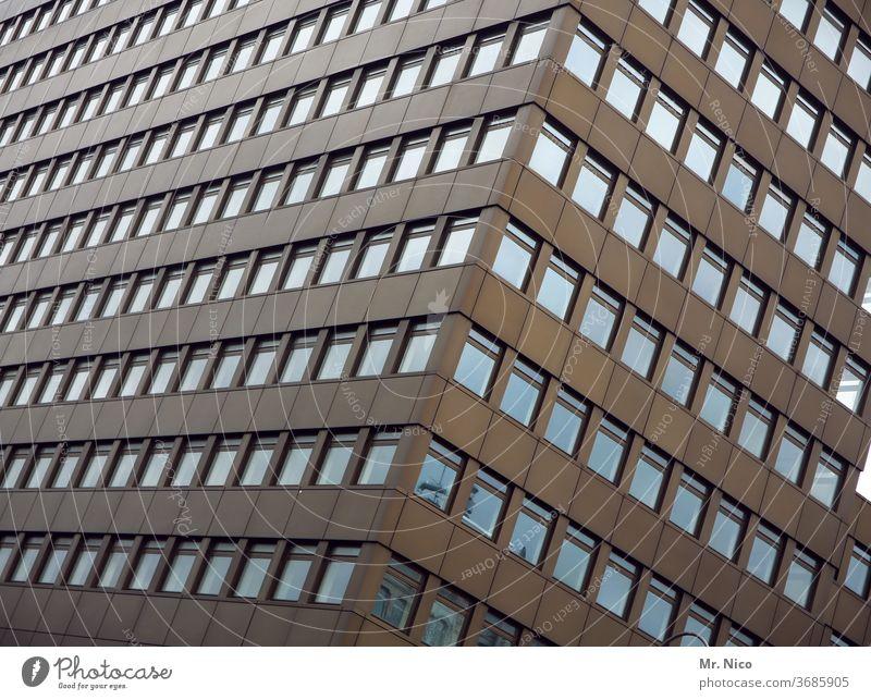 Hochhausfassade Architektur Stadt Gebäude Fenster Fassade hoch Plattenbau Bauwerk Bürogebäude Perspektive Arbeit & Erwerbstätigkeit urban Kapitalwirtschaft