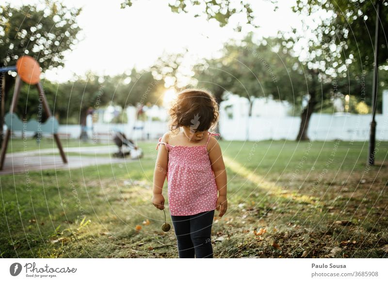 Kleines Mädchen steht auf dem Spielplatz Park Kind Kindheit Kaukasier 1-3 Jahre Außenaufnahme Farbfoto Kleinkind niedlich Freizeit & Hobby Lifestyle Sommer