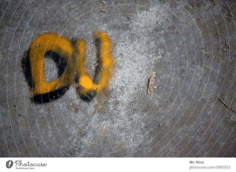 Du Graffiti gelb grau Wand Fassade Buchstaben Schriftzeichen Mauer Wort skurril trashig hauswand beton botschaft dreckig Vergänglichkeit marode alt abstrakt